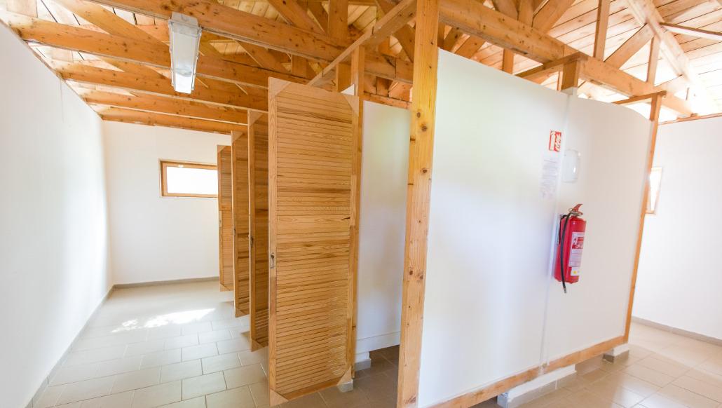 Sprchy s teplou vodou a oddělené WC